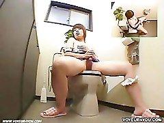 skritaya-kamera-v-obshage-zhenskiy-tualet